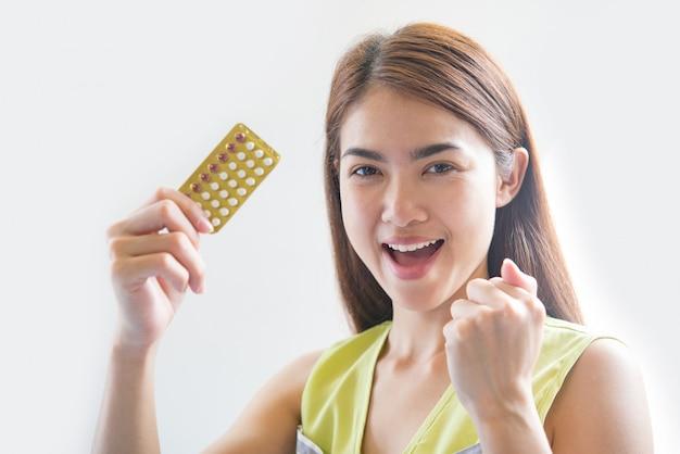 Main de femme tenant un panneau contraceptif pour prévenir la grossesse