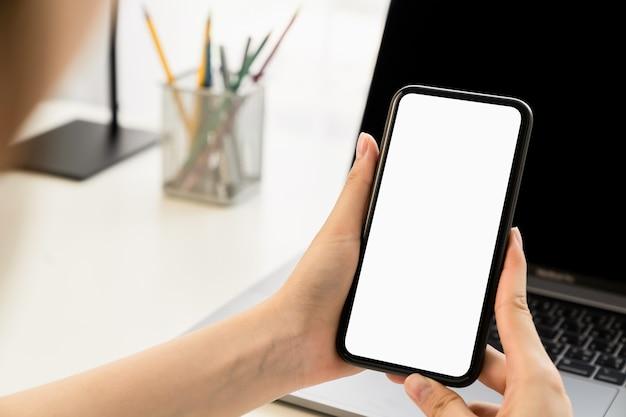 Main de femme tenant le smartphone
