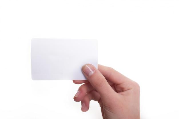 Main de femme tenir une carte vierge isolée sur blanc