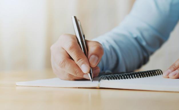 Main, de, femme, tenue, stylo, écriture, cahier, bureau