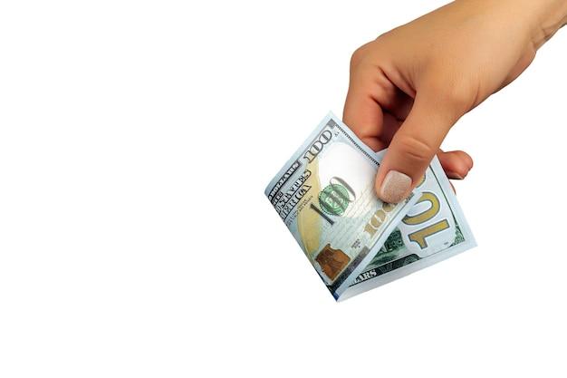 La main de la femme tient un billet de cent dollars isolé sur fond blanc, gros plan