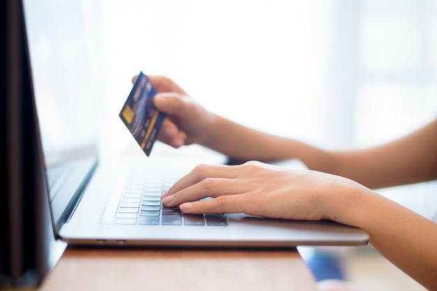 Main de femme tient la carte de crédit