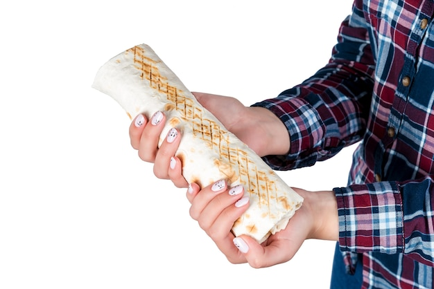 La main de la femme tient le shawarma kebab sur fond blanc. isolé