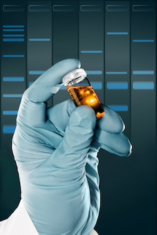 Une main gantée contient un échantillon de liquide dans un flacon en plastique