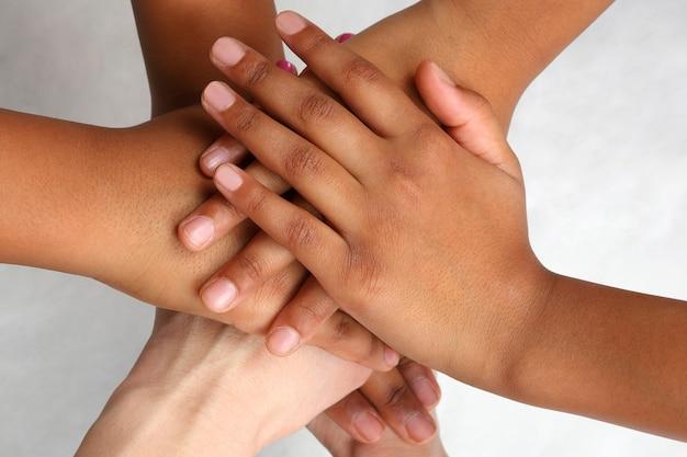 Main les gens empilés les uns sur les autres