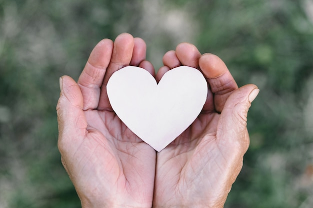 La main de grand-mère tient un cœur