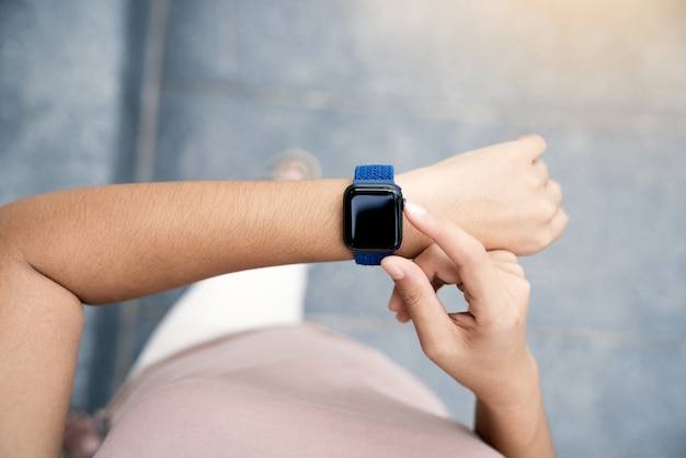 Main en gros plan à l'aide de smartwatch sur la vue ci-dessus