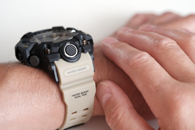 Main avec un gros plan de chronomètre. sports, fitness, style de vie, technologies et concept de personnes menant un mode de vie sain.