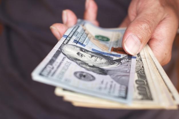 Main holing fond de billets de dollars américains