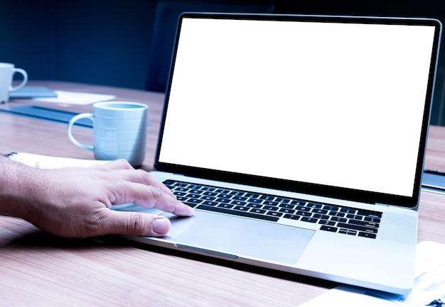 Main d'homme d'affaires appuyant sur un ordinateur portable à clavier avec un ordinateur portable à écran vierge