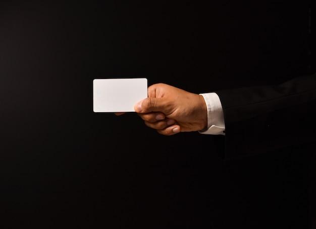 Main d'homme d'affaires avec carte de visite vierge