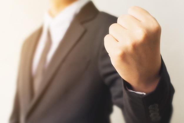 Main d'homme d'affaires montrant le geste du signe du poing