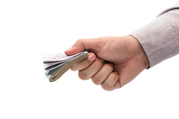 Main d'homme d'affaires offrant un paiement en espèces, fond blanc isolé, argent brésilien.