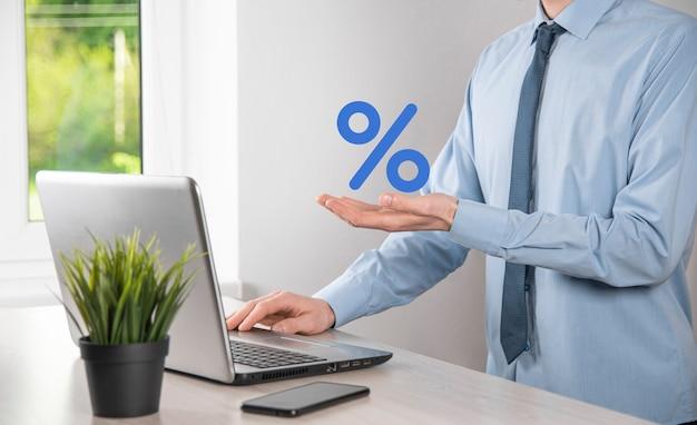 La main de l'homme d'affaires prend une icône de symbole de pourcentage. concept de taux d'intérêt financiers et hypothécaires.