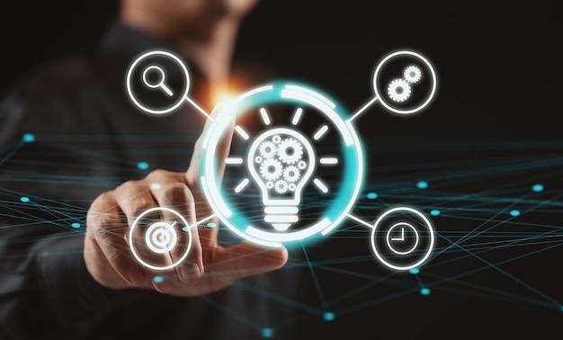 Main d'homme d'affaires avec stratégie d'entreprise et plan d'action d'icône.