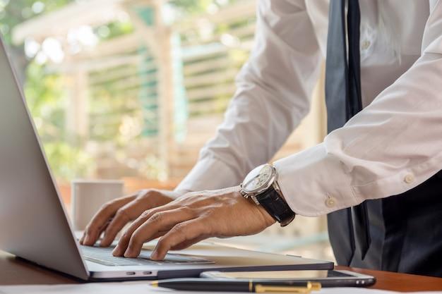 Main d'homme d'affaires en tapant sur le clavier de l'ordinateur portable.