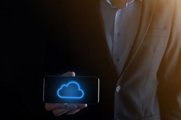 Main d'homme d'affaires tenant le concept de cloud computing dans la paume. sauvegarde des données de stockage internet