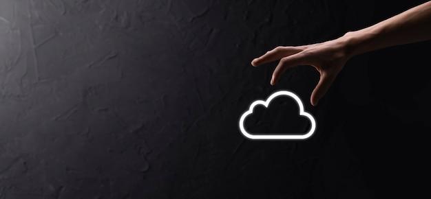 Main d'homme d'affaires tenant le concept de cloud computing dans la paume. sauvegarde stockage données internet, mise en réseau