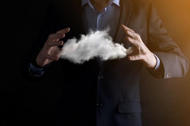 Main d'homme d'affaires tenant le nuage.