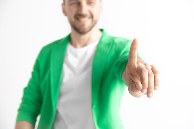 Main d'homme d'affaires touchant l'écran virtuel vide