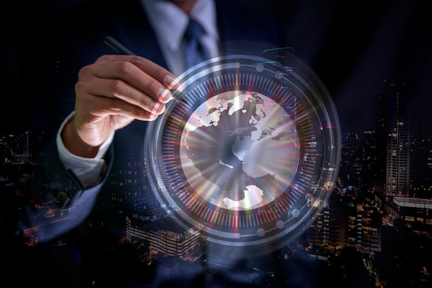 Main d'homme d'affaires touchant l'icône du réseau mondial abstrait et des échanges de données dans le monde