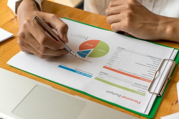 Main d'homme d'affaires travaillant avec des finances sur le budget des coûts et de la calculatrice