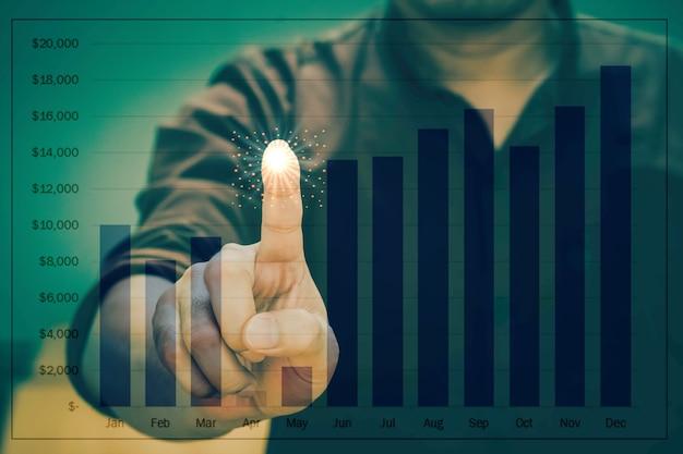 Main d'homme d'affaires travaillant avec la stratégie d'entreprise comme concept