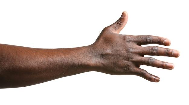 Main de l'homme afro-américain sur une surface blanche