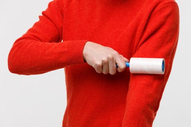 Main de l'homme à l'aide d'un détachant pour nettoyer les tissus