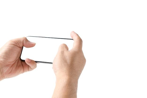 Main de l'homme à l'aide d'un smartphone ou jouer à un jeu avec écran blanc, isolé sur fond blanc