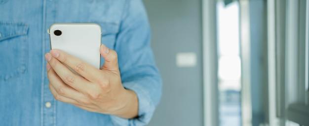 Main de l'homme à l'aide de smartphone pour rechercher sur le site web