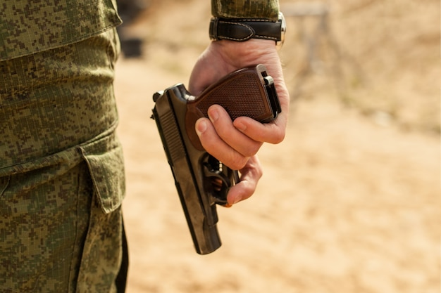 La main de l'homme avec une arme à feu