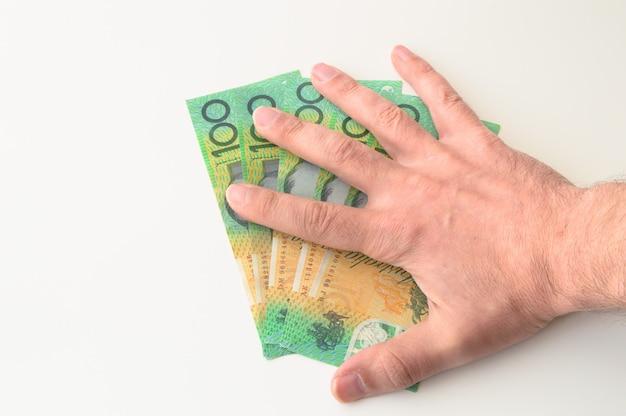 La main de l'homme sur le billet de 500 dollars australiens