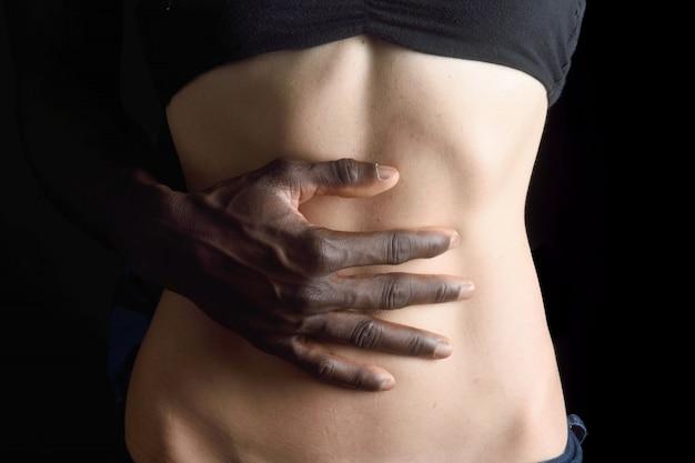 Une main d'homme caressant le ventre d'une femme