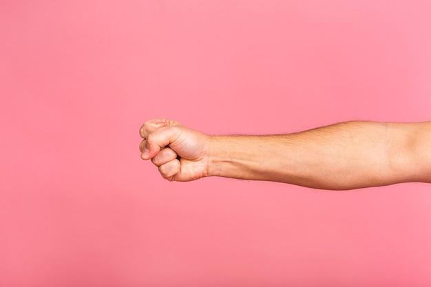 Main de l'homme caucasien montrant différents gestes, vue rapprochée des mains.
