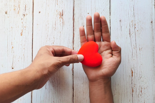 Main de l'homme avec coeur