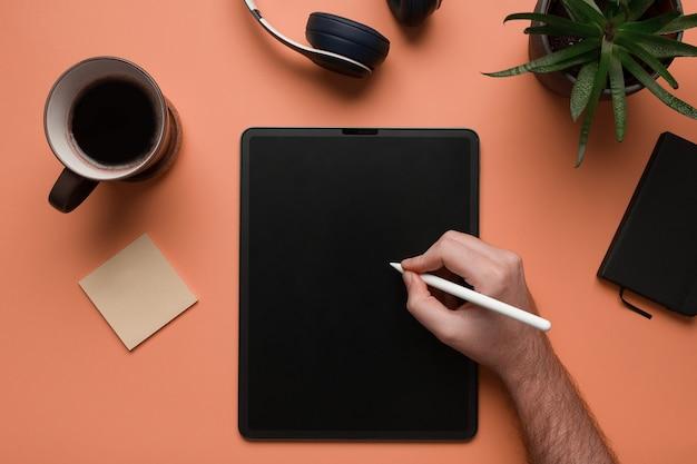 La main d'un homme écrit dans une tablette numérique maquette