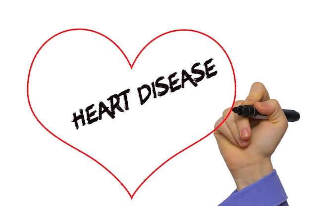 Main de l'homme écrivant des maladies cardiaques avec un marqueur sur un panneau transparent essuyer. isolé sur blanc