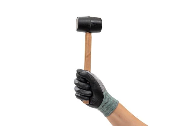 Main d'un homme ganté tenant un marteau en caoutchouc. fond blanc isolé.