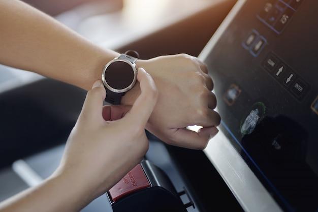 Main d'homme avec montre intelligente au poignet