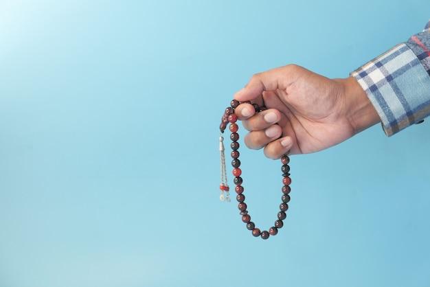 Main de l'homme musulman priant pendant le ramadan, gros plan