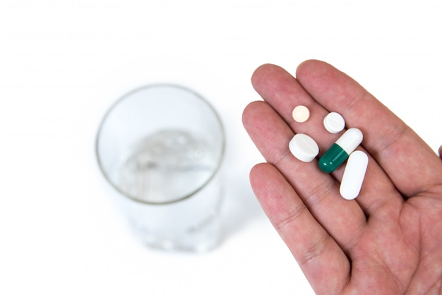 Main d'homme avec des pilules.