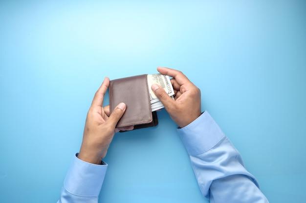 Main de l'homme prenant de l'argent du portefeuille