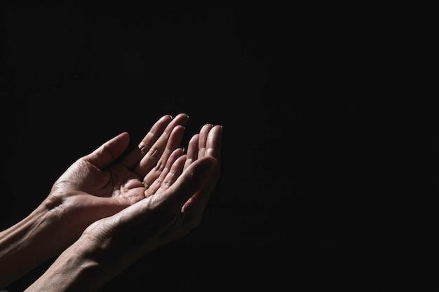 Main de l'homme en priant pour la religion.