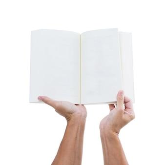 Main de l'homme tenant un livre ouvert isolé sur fond blanc