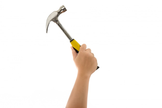 Main d'homme tenant marteau isolé