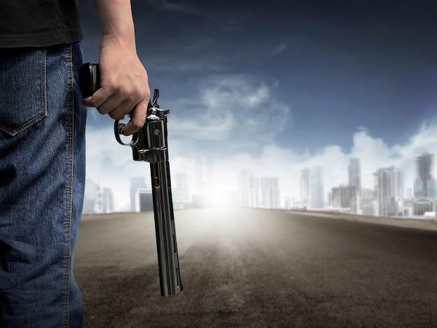 Main d'homme tenant un pistolet