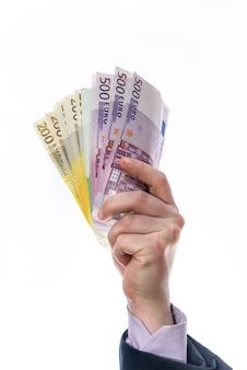 Main de l'homme tenir ou donné de l'argent isolé sur blanc