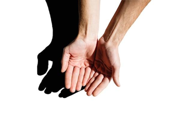 La main de l'homme vide, paume vers le haut sur un fond blanc isolé. main d'homme isolée sur fond blanc, tenir, saisir ou attraper.