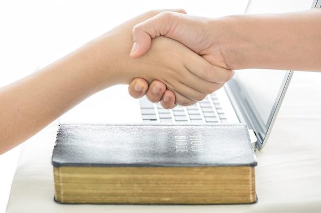 La main d'un humain sauvant l'autre humain. image en noir et blanc. concept de salut, don, coup de main.